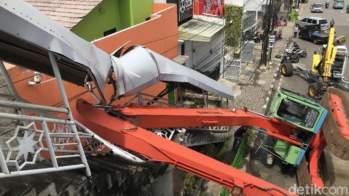 Eskavator terguling di Kampung Melayu, hancurkan tangga JPO
