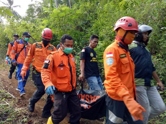 Evakuasi Suratmi yang ditemukan tewas di tengah hutan, Jepara, Selasa (22/9/2020).