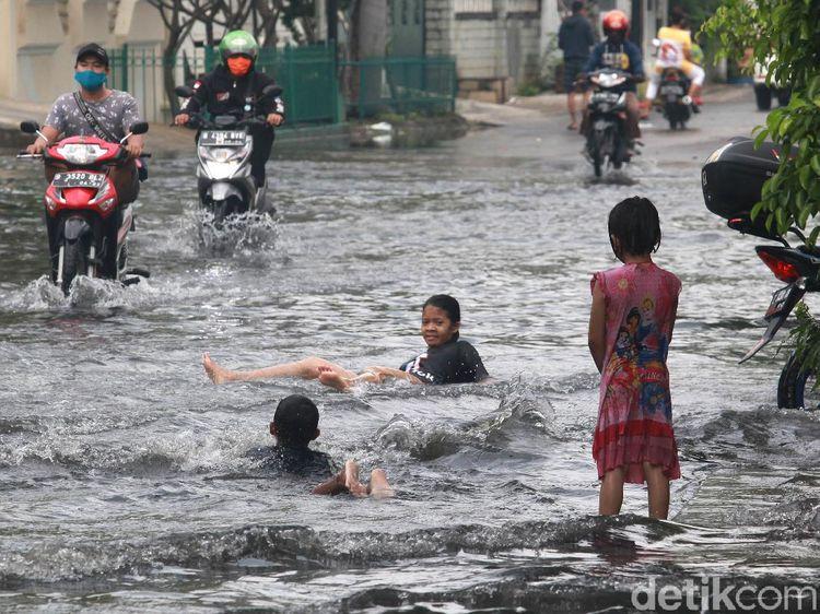 Genangan di Kedoya Ini Jadi Tempat Berenang Anak-anak