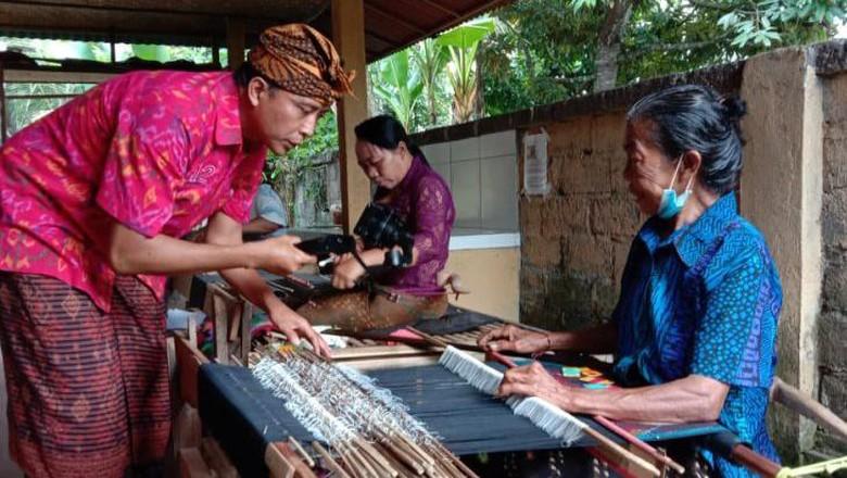 Ilustrasi kegiatan wisata di Gianyar, Bali.