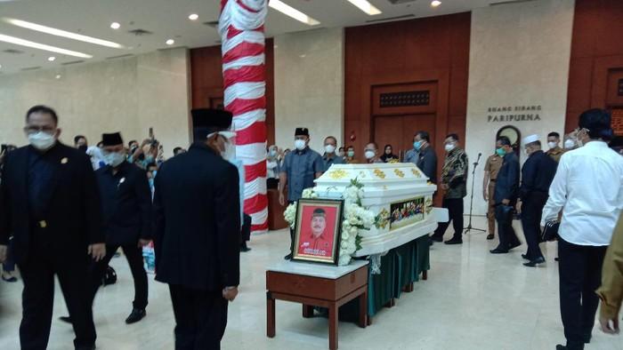 Gubsu Edy Rahmayadi ikut pelepasan jenazah Anggota DPRD Sumut Budieli (Ahmad Arfah-detikcom)