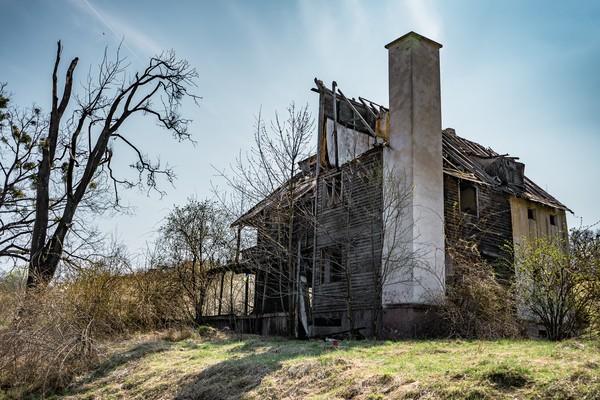 Ini adalah sebuah rumah angker yang ada di dekat hutan. (Getty Images/iStockphoto)