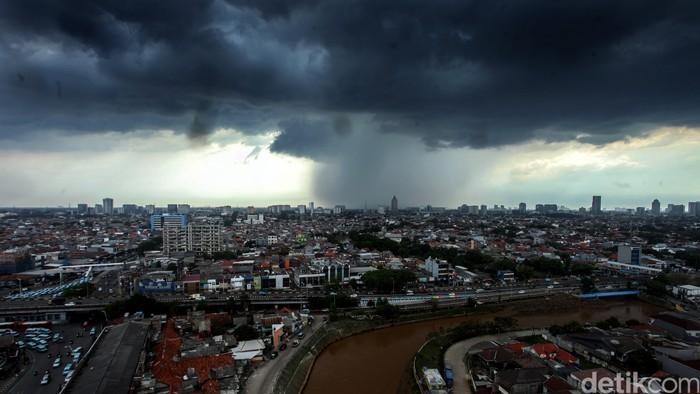 BMKG menyatakan wilayah Indonesia saat ini memasuki masa pancaroba. Awan gelap pun tampak menyelimuti langit Kota Jakarta hari ini.
