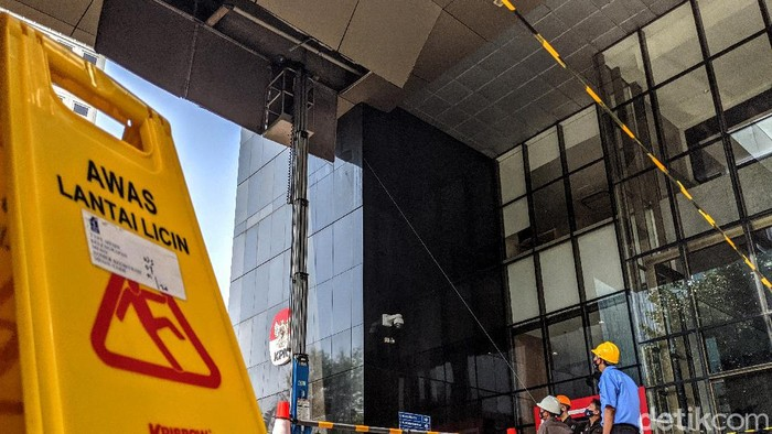 Atap lobi plafon di lobi gedung KPK jebol imbas hujan deras disertai angin pada Senin (21/9) malam. Kini atap plafon yang jebol itu diperbaiki oleh petugas.