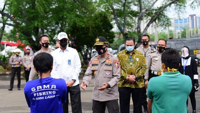 Kakorlantas Polri, Irjen Istiono berikan 500 paket sembako ke pengayuh becak