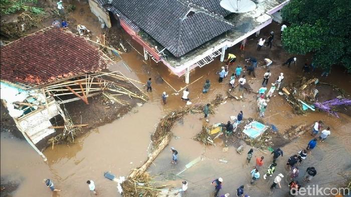 Kampung Cibuntu, Desa Pasawahan, Kecamatan Cicurug, Kabupaten Sukabumi, luluh lantak diterjang banjir bandang. Banjir terjadi pada Senin malam (21/9) akibat huna deras.