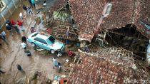 Brimob Operasikan Ekskavator di Area Banjir Bandang Sukabumi