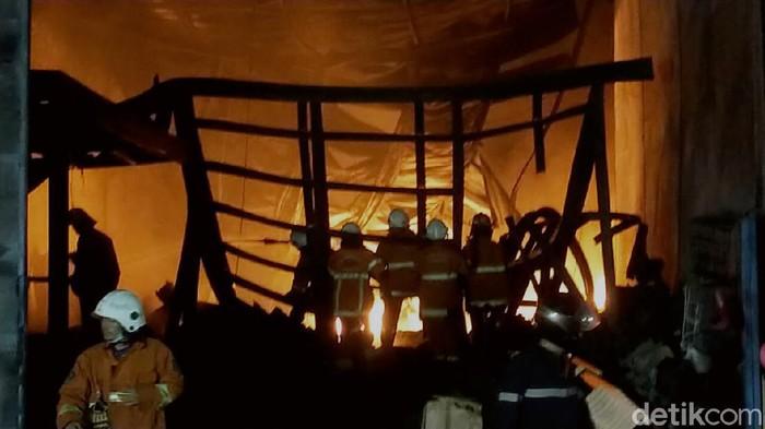 Kebakaran terjadi di kawasan pergudangan Margomulyo Jaya, Jalan Sentong Asri, Kecamatan Tandes, Surabaya. Ada tiga gudang perabot rumah tangga yang terbakar.