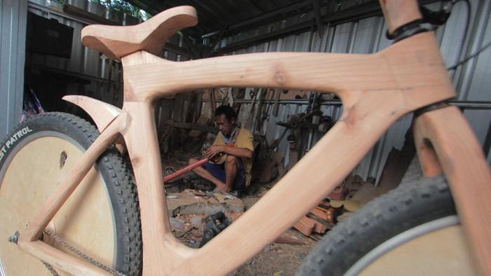 Perajin menyelesaikan pembuatan sepeda kayu di rumah produksi L-Benr di Lobener, Jatibarang, Indramayu, Jawa Barat, Senin (21/9/2020). Sepeda berbahan kayu pinus tersebut dibandrol dengan harga mulai dari Rp3,5 juta hingga Rp5 juta tergantung bentuk dan ukuran. ANTARA FOTO/Dedhez Anggara/pras.