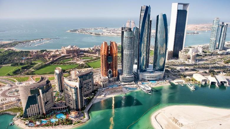 Sebagian wilayah Abu Dhabi, UAE dengan gedung tinggi dilihat dari helikopter.