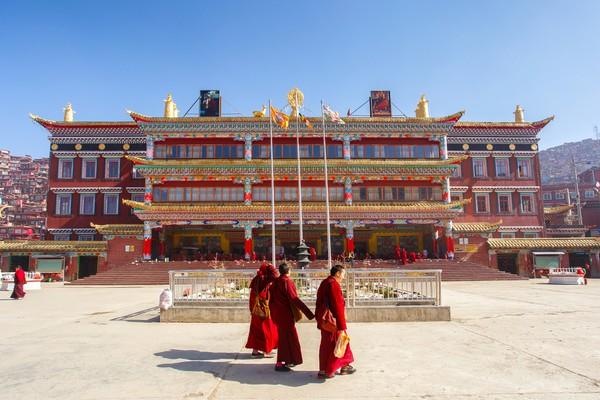 Sebuah kampus bernama Institut Buddha Serthar didirikan oleh seorang lama untuk mendalami agama Buddha.