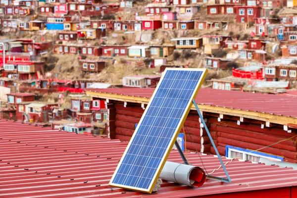 Meski berada di lembah, para biksu masih bisa mendapatkan listrik lewat panel surya.