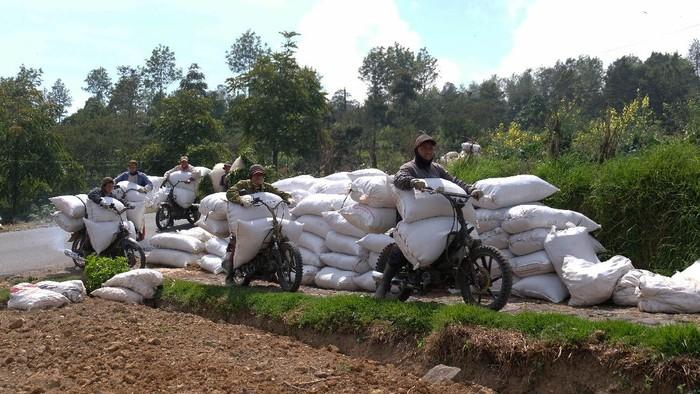 Tukang ojek pertanian kerap dimanfaatkan untuk angkut pupuk dan hasil pertanian di lereng Gunung Sindoro. Tarif yang dibanderol beragam tergantung jarak tempuh.