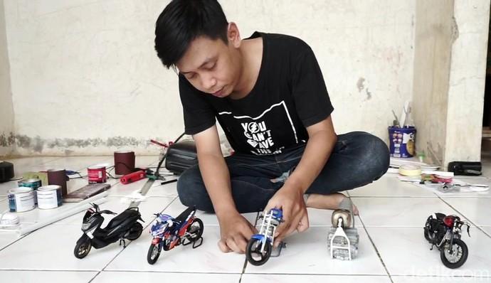 Herman (32), warga Tanjungjaya, Desa Munjul, Kecamatan Pagaden Barat, Subang, Jawa Barat, membuat kerajinan miniatur motor berbahan pipa air. Miniatur yang dibuat mulai dari motor kekinian hingga jadul.