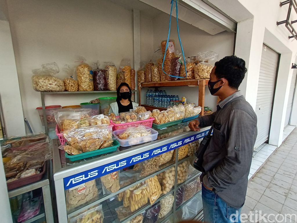 Oca, penjual jajan pasar cantik