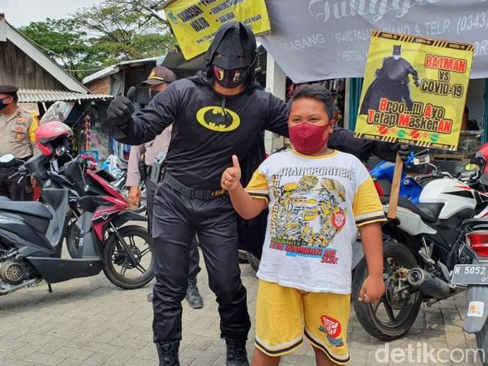 Berbagai upaya dilakukan petugas untuk mendisiplinkan masyarakat pada protokol kesehatan. Di Kecamatan Sukorejo Kabupaten Pasuruan, polisi memakai kostum Batman saat operasi.