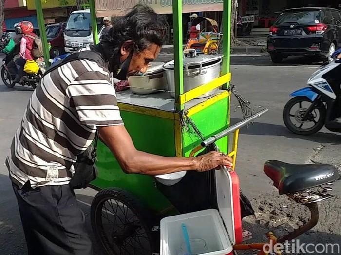 Jago Bahasa Jepang, Penjual Bubur di Surabaya Minder Pakai Kemampuannya  Amir Baihaqi  Surabaya - Faiz Tosal (53), seorang pejual bubur kacang ijo yang fasih berbahasa Jepang di Surabaya videonya viral di medsos. Meski begitu, Faiz mengaku jarang menggunakan saat melayani para pelanggannya.  Ndak selalu sih. Ya kadang ada orang tanya ya saya jawab (bicara bahasa asing), ungkap Faiz saat ditemui detikcom, Selasa (22/9/2020).  Faiz menjelaskan, jika dirinya merasa malu jika harus selalu memakai bahasa asing. Sebab dirinya tak mau dibilang pamer dengan kemampuan bahasanya.  Nanti kalau sering pakai bahasa asing kan dibilang pamer. Sedangkan penampilan saya persis tukang becak, terang pria asal Bangkalan, Madura itu.  Apalagi saya cuma tamatan S1. SD maksudnya, kelakar Faiz.  Sebelunya, video berdurasi 45 detik itu viral saat diunggah oleh akun Instagram nexs.japanesecenter. saat ini, video tersebut sudah tayang sebanyak 40.958 kali dan 290 komentar.   Dalam captionnya, akun tersebut menjelaskan bahwa tukan bubur itu berjualan di Jalan Kranggan, Surabaya atau tepat di seberang toko sepatu Bata. Dikatakan bahwa video tersebut merupakan kiriman dari kawannya saat melintas di sana.  Apa kabar Bahasa Jepang kalian? Dapat kiriman dari salah satu kawan mimin tadi waktu mau ke BG Junction jalan lurus arah Jalan Kranggan depan toko BATA orangnya jual bubur, tulis nexs.japanesecenter seperti dilihat detikcom, Selasa (22/9/2020).