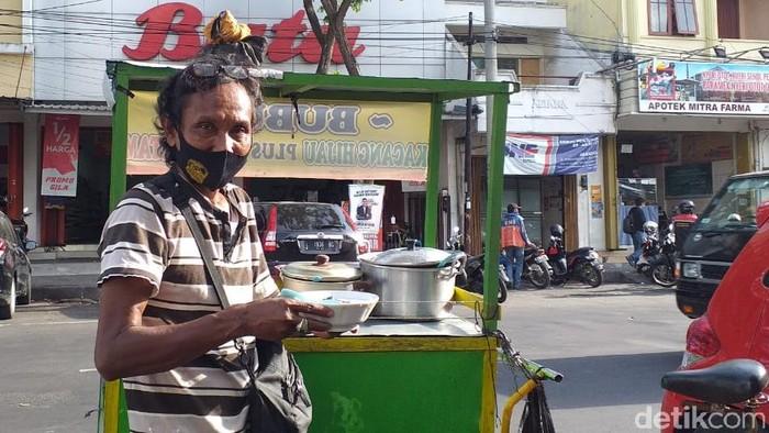 Jago Bahasa Jepang, Penjual Bubur di Surabaya Minder Pakai Kemampuannya  Amir Baihaqi  Surabaya - Faiz Tosal (53), seorang pejual bubur kacang ijo yang fasih berbahasa Jepang di Surabaya videonya viral di medsos. Meski begitu, Faiz mengaku jarang menggunakan saat melayani para pelanggannya.