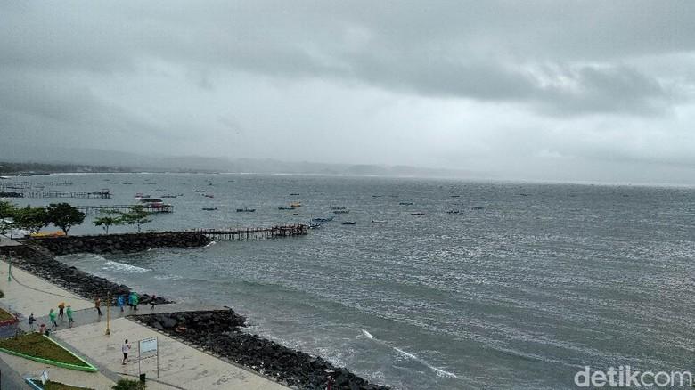 Perahu nelayan sandar di pantai timur Pangandaran. Cuaca buruk membuat sebagian besar nelayan tak melaut.