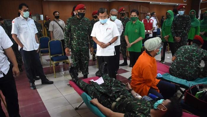Stok darah PMI berkurang saat pandemi COVID-19 ini. Kopassus turut membantu dengan gelar donor darah di Balai Komando Makopassus, Cijantung, Jakarta Timur.