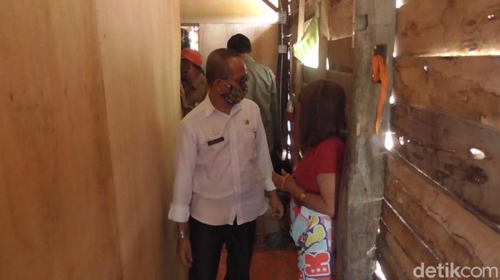 Petugas membongkar bilik di kawasan lokalisasi di Polman, Sulbar (Abdy-detikcom).