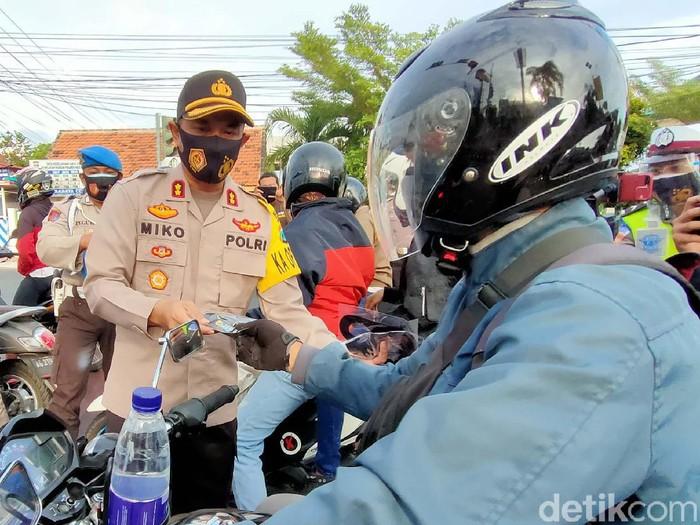 Polisi Kota Kediri Bagi 2 Juta Masker