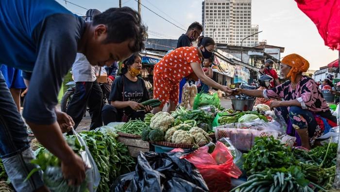 Sejumlah pembeli antre membeli sembako di Pasar Rakyat Peterongan, Kota Semarang, Jawa Tengah, Jumat (14/8/2020).  Dalam pidato kenegaraan Presiden Jokowi menyampaikan rancangan kebijakan APBN 2021 diarahkan untuk empat langkah strategis yaitu mempercepat pemulihan ekonomi nasional akibat pandemi COVID-19, mendorong reformasi struktural untuk meningkatkan produktivitas, inovasi, dan daya saing ekonomi, mempercepat transformasi ekonomi menuju era digital, serta pemanfaatan dan antisipasi perubahan demografi .