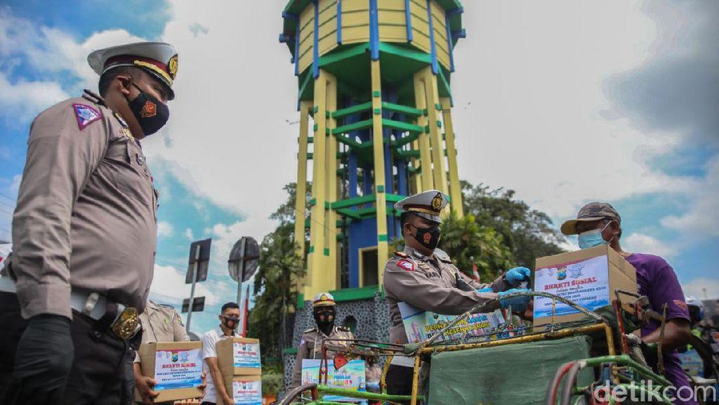 Ribuan Masker dan Sembako Dibagikan ke Pengguna Jalan di Jombang