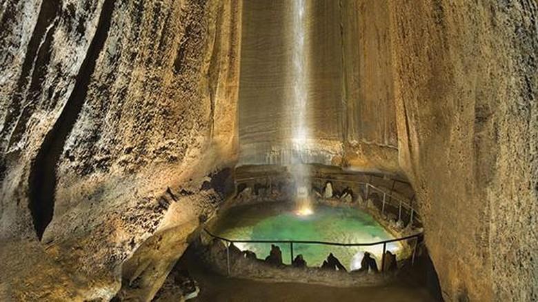 Air terjun di bawah tanah.
