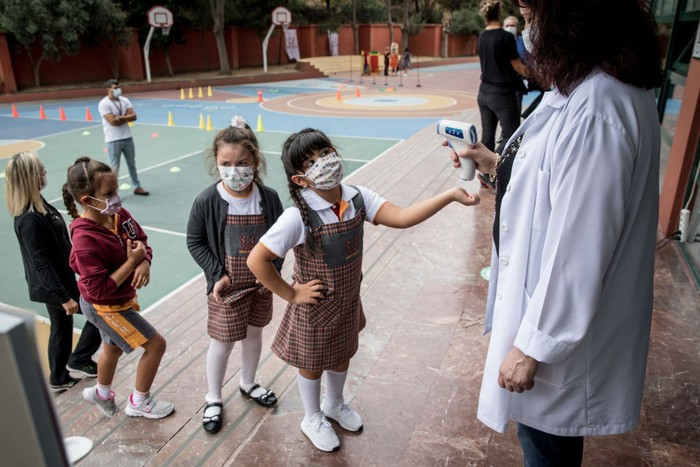 ISTANBUL, TURKEY - SEPTEMBER 21: First grade students wearing protective face masks eat lunch at the Florya Ugur College on September 21, 2020 in Istanbul, Turkey. For the first time since schools closed on March 16, due to the coronavirus outbreak, kindergarten and first grade students were allowed to return for in-person classes at schools across Turkey. The one day a week classes are voluntary and restarted amid strict coronavirus precautions. As coronavirus cases continue to spike around the globe many families continue to opt for online classes. (Photo by Chris McGrath/Getty Images)