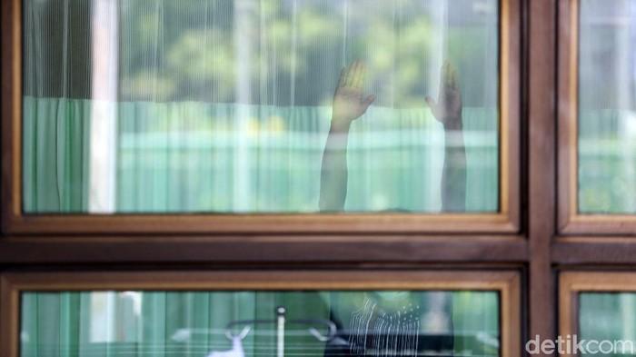 Pasien COVID-19 tanpa gejala berada diruang isolasi mandiri di Stadion Patriot Candrabhaga, Kota Bekasi, Jawa Barat, Selasa (22/9/2020). Menurut petugas dilokasi saat ini sudah diisi oleh 9 warga berstatus OTG (orang tanpa gejala). Pemerintah kota Bekasi menyiapkan 57 tempat tidur untuk pasien COVID-19 di Stadion Patriot Chandrabhaga.