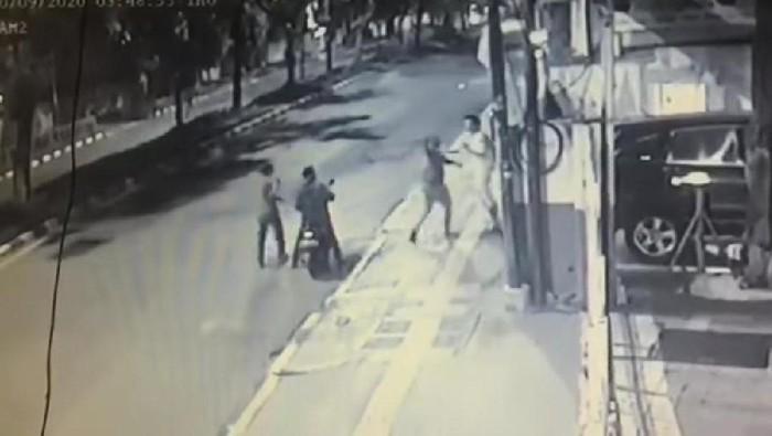 Tangkapan Layar CCTV Pejalan Kaki Dibegal oleh 3 Orang di Kemayoran Jakpus