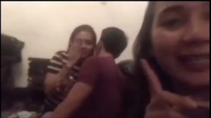 Tangkapan layar video yang diviralkan anggota DPRD Baubau Fraksi PDIP ciuman-pesta miras (dok. Istimewa).