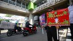 Terjaring Razia Masker di Blok M, Dua Pemuda Dihukum Sapu Jalan