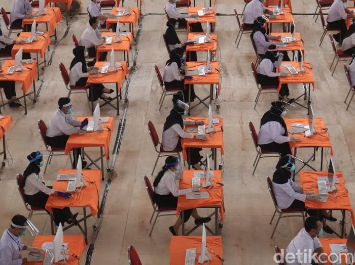 Badan Kepegawaian dan Diklat (BKD) Surabaya menggelar Seleksi Kompetensi Bidang (SKB) CPNS Tahun Anggaran 2019. Puluhan peserta yang reaktif mengikuti ujian di bilik khusus.