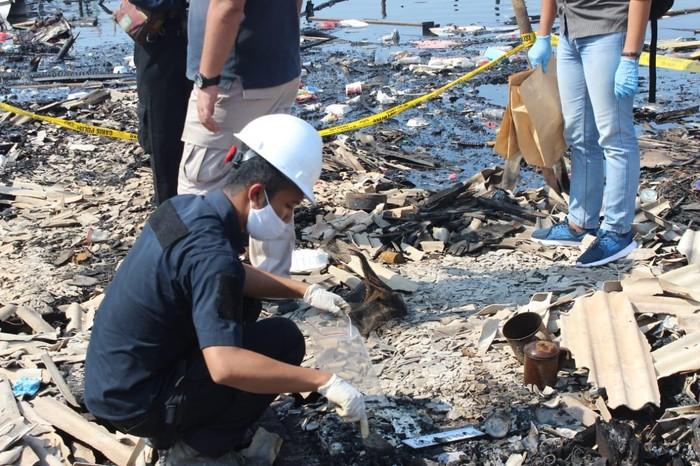 Tim Puslabfor Polri mengolah TKP kebakaran gudang kayu di Cilincing, Jakut