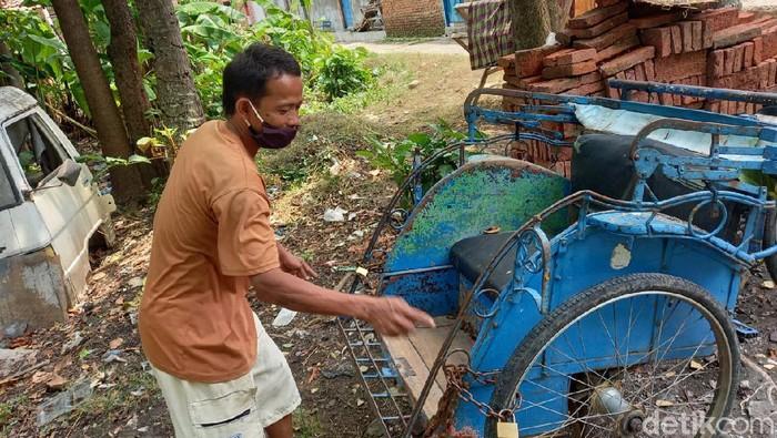 Warga menunjukkan becak S yang digembok di Kota Tegal, Selasa (22/9/2020).