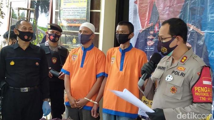 Agus Supriyono (47) dan Adi Sancoko (37), ditangkap karena membeli BBM dengan jumlah tak wajar. BBM jenis premium tersebut dijual kembali kepada warga Malang Selatan.
