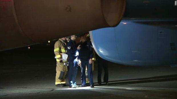 Air Force Two, kode pesawat yang digunakan Wakil Presiden AS Mike Pence harus melakukan pendaratan darurat setelah menabrak burung. Insiden ini terjadi pada Selasa.