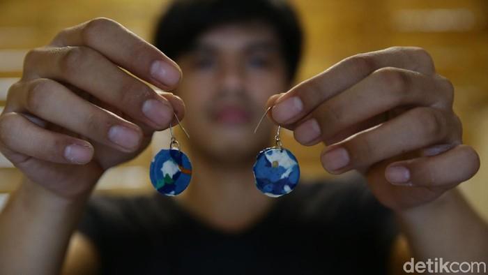 Berawal dari kegelisahan terhadap limbah plastik, seniman Angga Wijaya sukses menyulap sampah menjadi barang berharga.