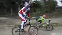 Selain menjadi salah satu kegiatan untuk berolahraga, berlatih sepeda BMX Cross juga dilakukan untuk mengasah kemampuan anak-anak tersebut.