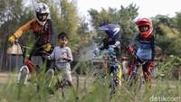 Berlatih sepeda BMX Cross jadi salah satu kegiatan yang paling dinanti anak-anak tersebut saat sore hari.