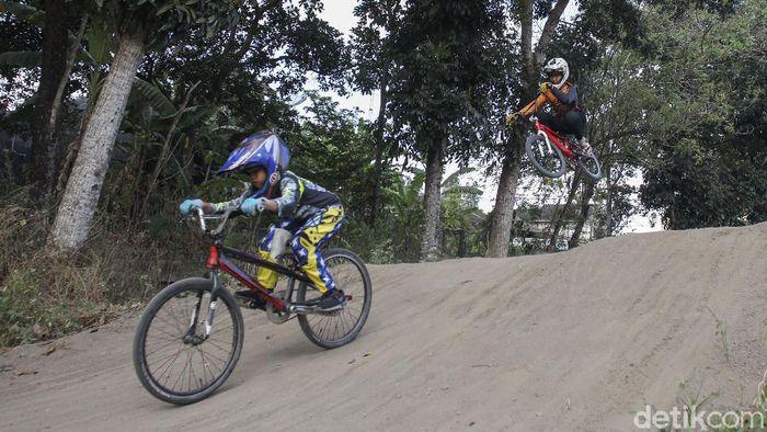 Anak-anak di Yogyakarta manfaatkan waktu sore hari untuk berlatih sepeda BMX Cross. Selain menjadi kegiatan olahraga, latihan itu juga dapat mengasah kemampuan mereka