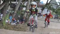 Dalam latihan tersebut, anak-anak itu dilatih kecepatan dan ketangkasannya.