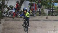 Seorang anak berlatih sepeda BMX di arena BMX Condongcatur, Sleman, Yogyakarta.