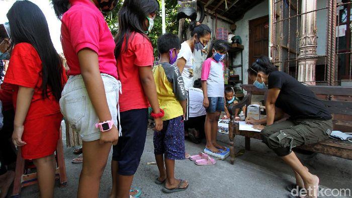 Pemeriksaan kesehatan digelar warga Kampung Joyosuran, Pasar Kliwon, Solo. Hal itu dilakukan untuk memastikan kesehatan warga khususnya anak-anak di masa Pandemi.