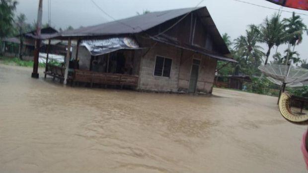 Banjir terjang sejumlah kecamatan di Padang, Sumbar, Rabu (23/9/2020).