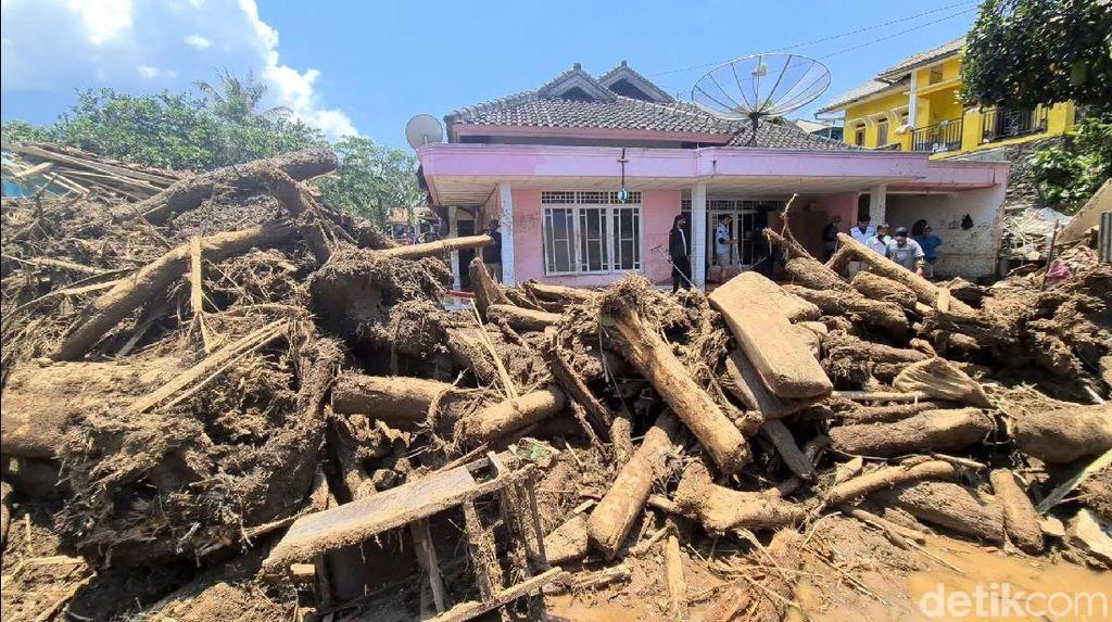 Video Gelondongan Kayu & Lumpur Sisa Banjir Bandang Sukabumi
