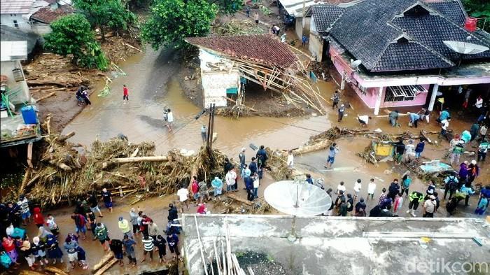 Banjir bandang menerjang wilayah Kecataman Cicurug, Kabupaten Sukabumi, ratusan rumah terendam beberapa diantaranya mengalami kerusakan. Tiga orang hanyut dan dua di antaranya ditemukan dengan kondisi tidak bernyawa.