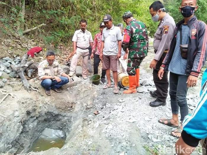Bekas galian di dasar Sungai Siraja, Brebes, yang mengeluarkan cairan diduga minyak, Selasa (23/9/2020).